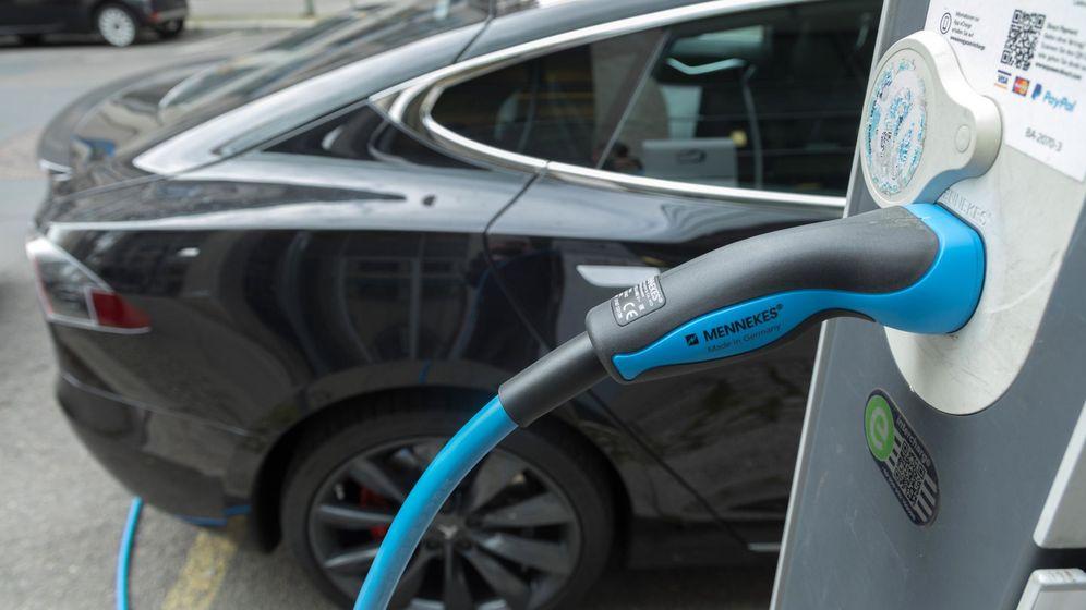 Foto: Un coche eléctrico Tesla permanece estacionado en una estación de carga en Berlín. (EFE)
