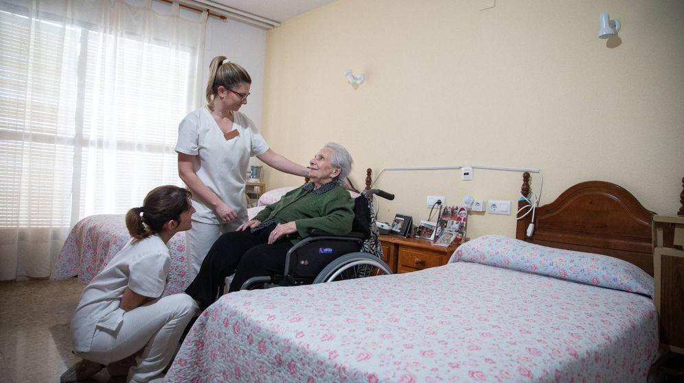 Foto: Marina, atendida por las cuidadoras de la residencia. (Fernando Ruso)