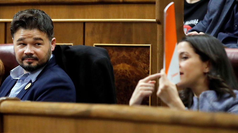 Foto: El portavoz de ERC, Gabriel Rufián, observa a la portavoz de Ciudadanos, Inés Arrimadas, durante la segunda jornada del debate de investidura de Pedro Sánchez. (EFE)
