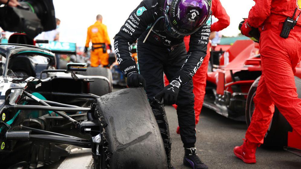 Foto: Así cruzó la línea de meta Lewis Hamilton en Silverstone. (Reuters)