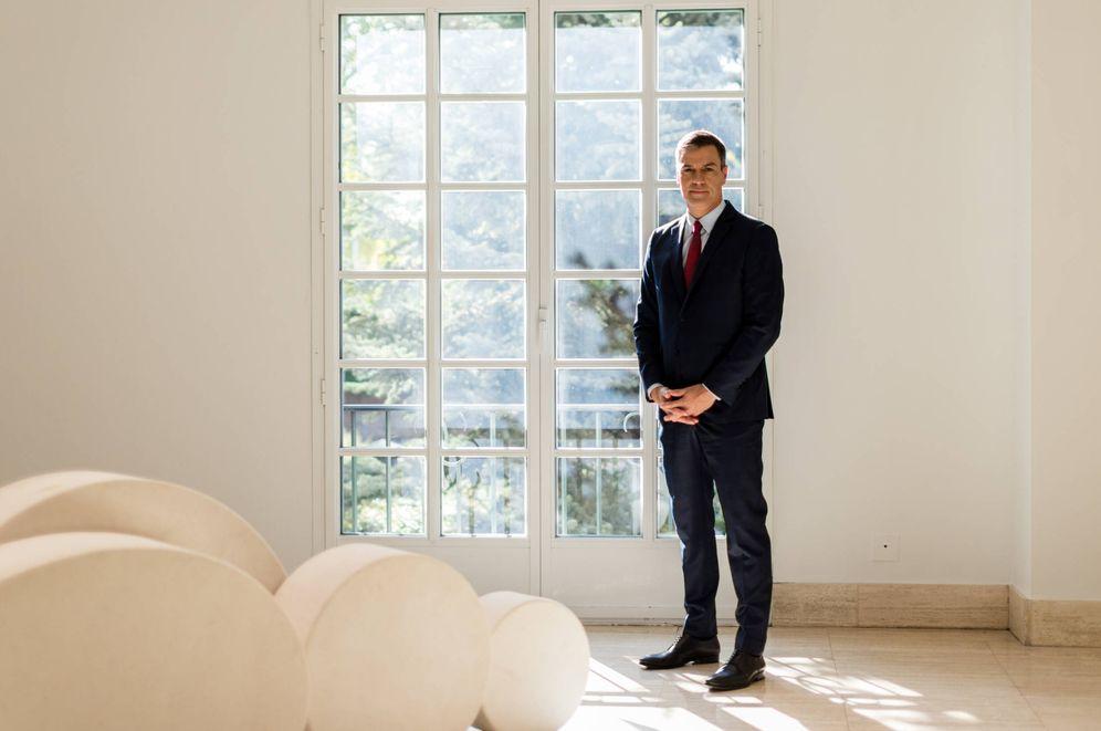 Foto: Pedro Sánchez, en el Palacio de la Moncloa minutos antes de la entrevista con El Confidencial, este 2 de octubre. (Jorge Álvaro Manzano)