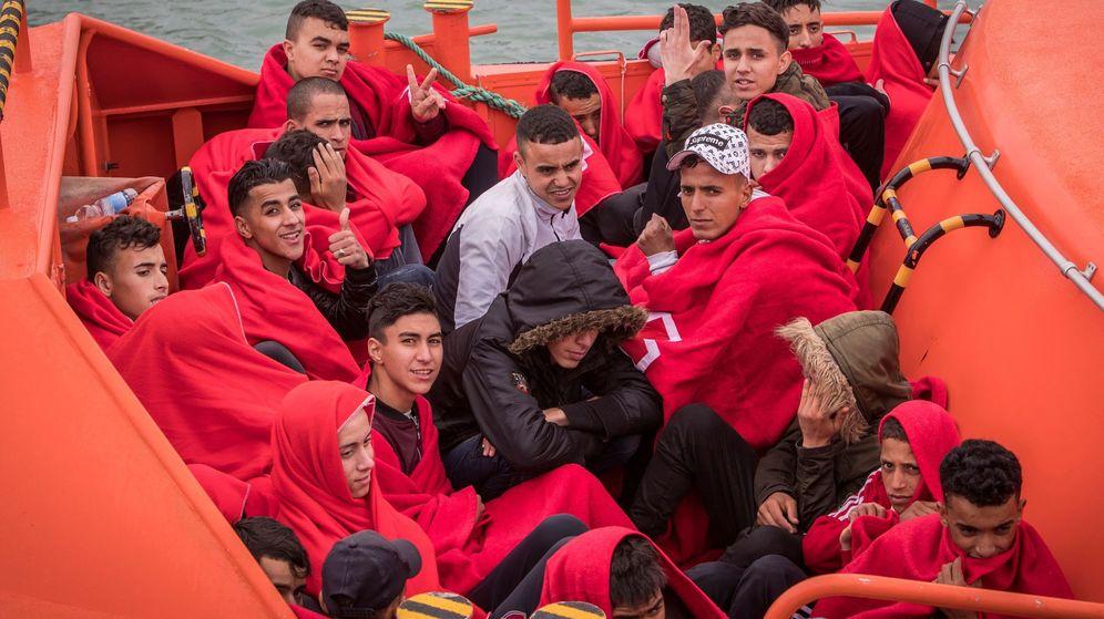 Foto: Varios de los 45 inmigrantes que Salvamento Marítimo ha rescatado cuando viajaban en una patera que fue localizada a 3,5 millas al sureste de Barbate. (EFE)
