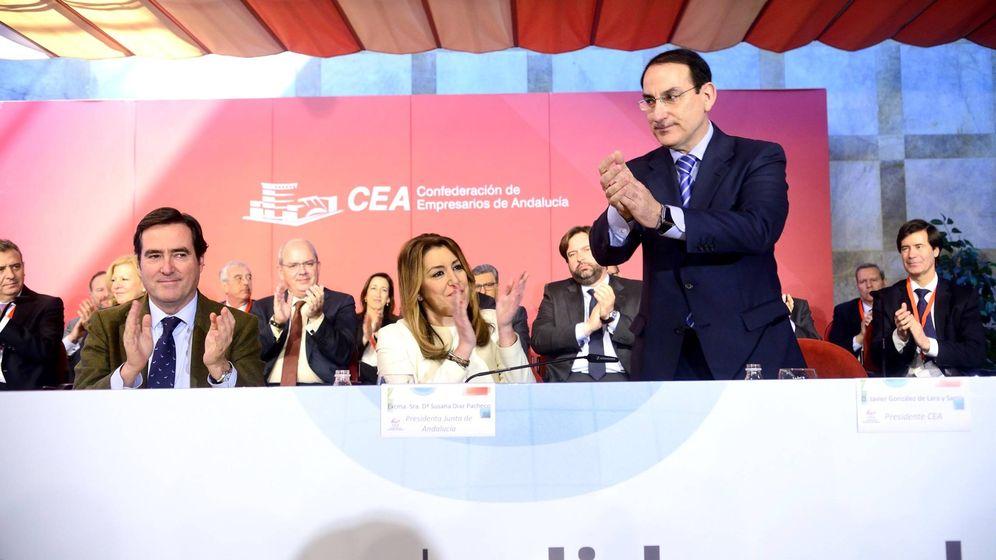 Foto: Javier González de Lara (en pie), junto a Susana Díaz y Antonio Garamendi, en Sevilla. (Foto: CEA)