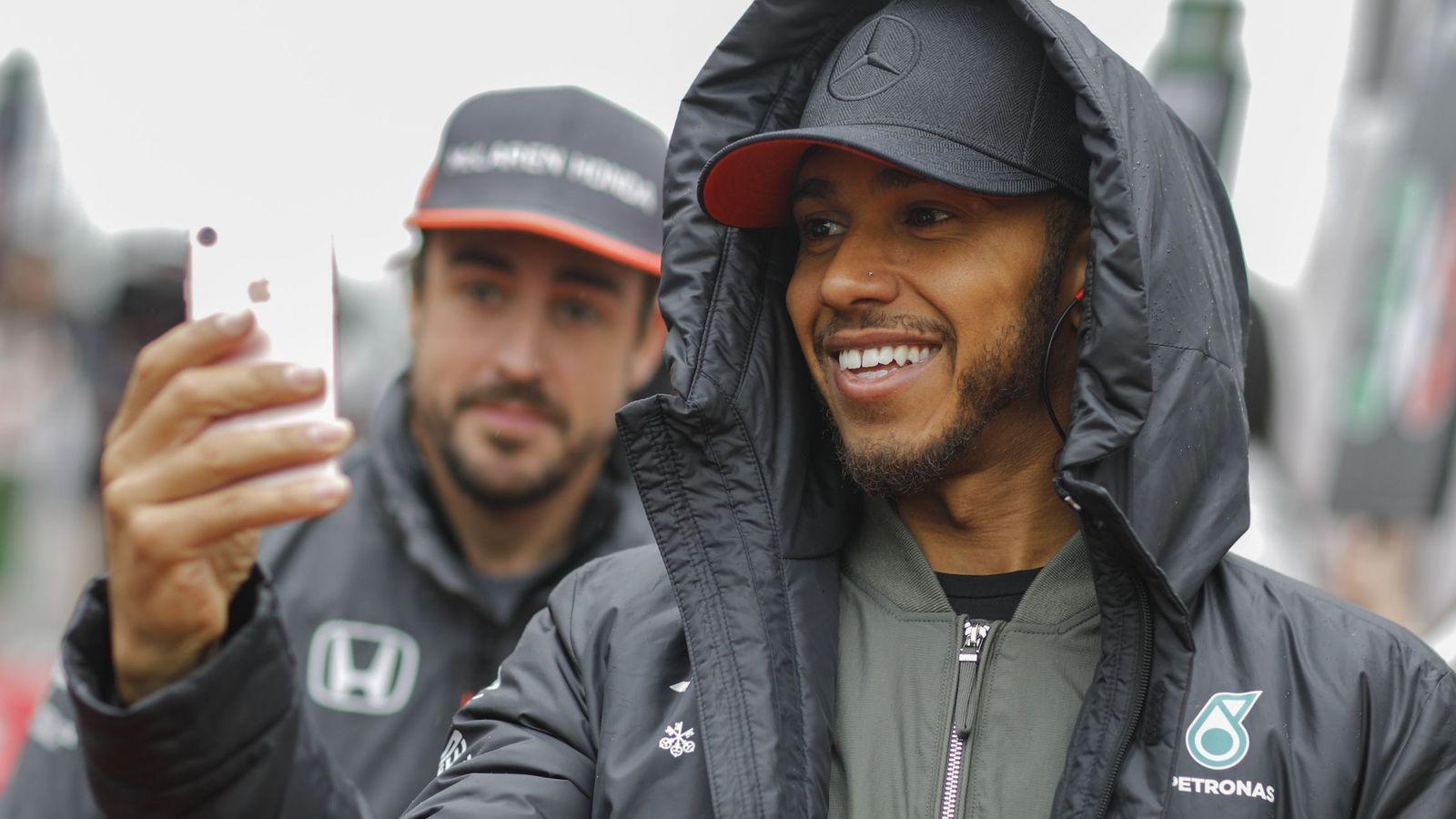 Foto: Fernando Alonso y Lewis Hamilton en el GP de China.