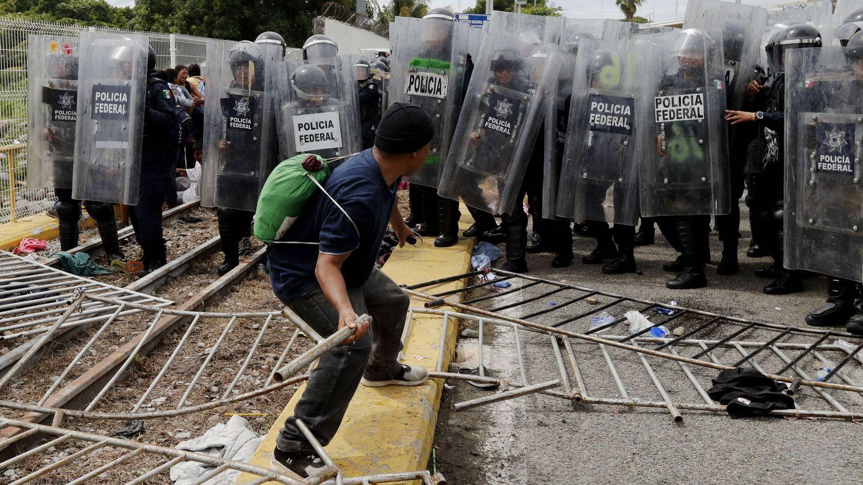 La policía mexicana trata de evitar el paso de migrantes hondureños a México. (EFE)