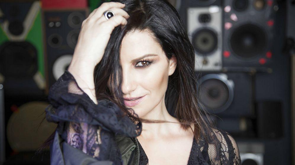 Foto: Laura Pausini (Body: Mangano. Anillo: Manuel Bozzi).