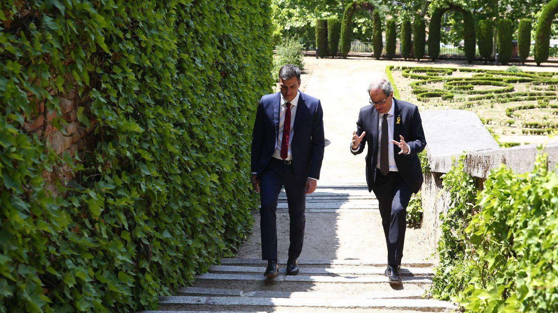 El presidente del Gobierno, Pedro Sánchez (d), y el de la Generalitat, Quim Torra, durante un paseo por los jardines del complejo que alberga la sede de la Presidencia del Ejecutivo durante la reunión mantenida el 9 de julio de 2018, en el palacio de la Moncloa. (EFE | POOL)