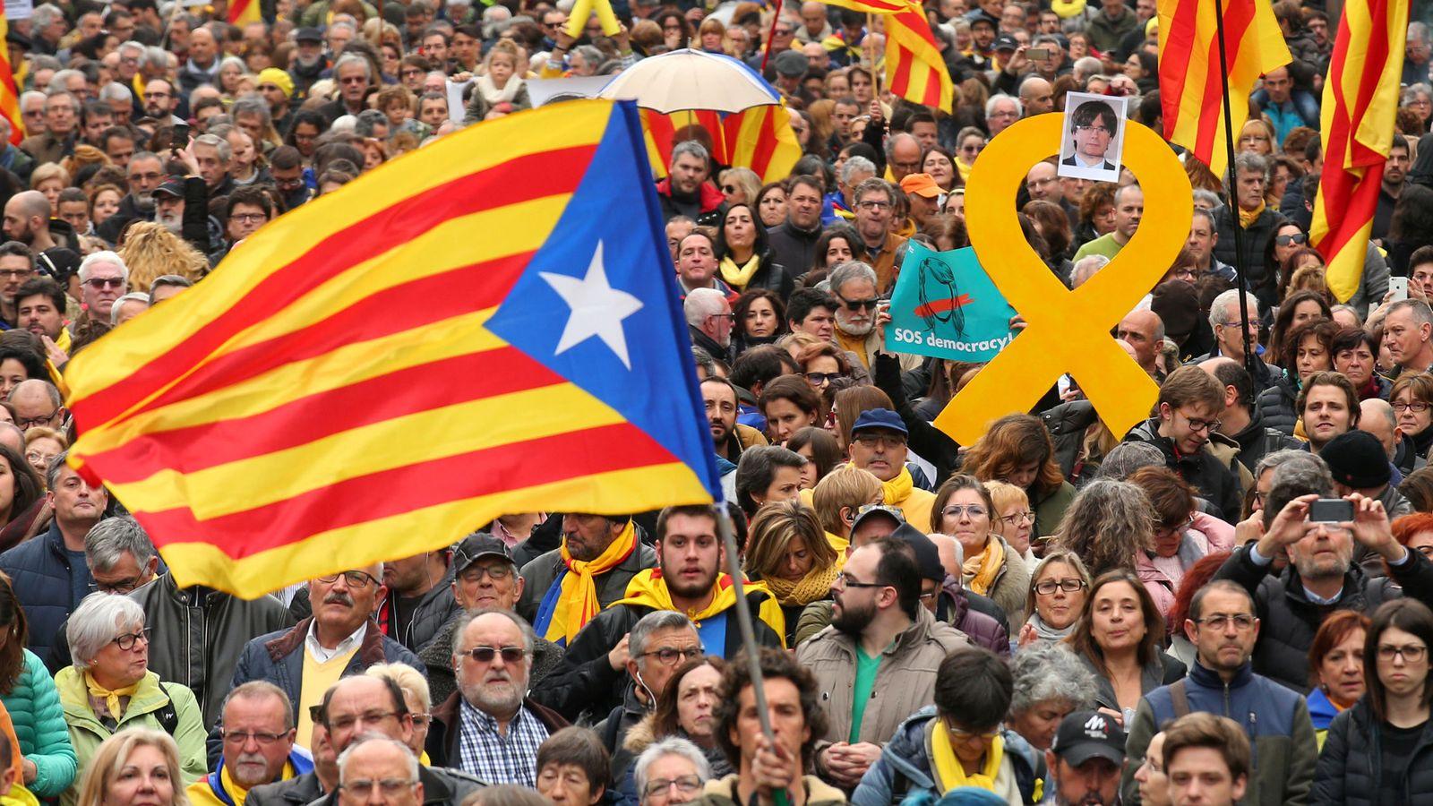 Foto: Decenas de personas salieron este domingo a las calles de Cataluña para pedir la libertad de Puigdemont. (Reuters)