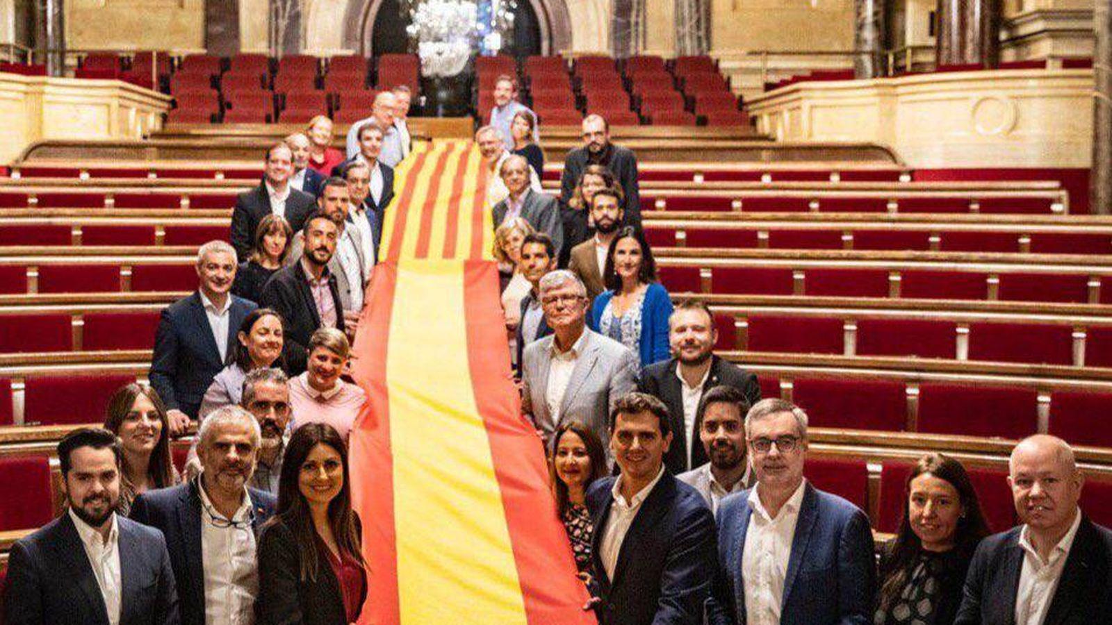 Foto: El grupo parlamentario de Ciudadanos despliega una imagen de la bandera de España y Cataluña en el Parlament. (Twitter)