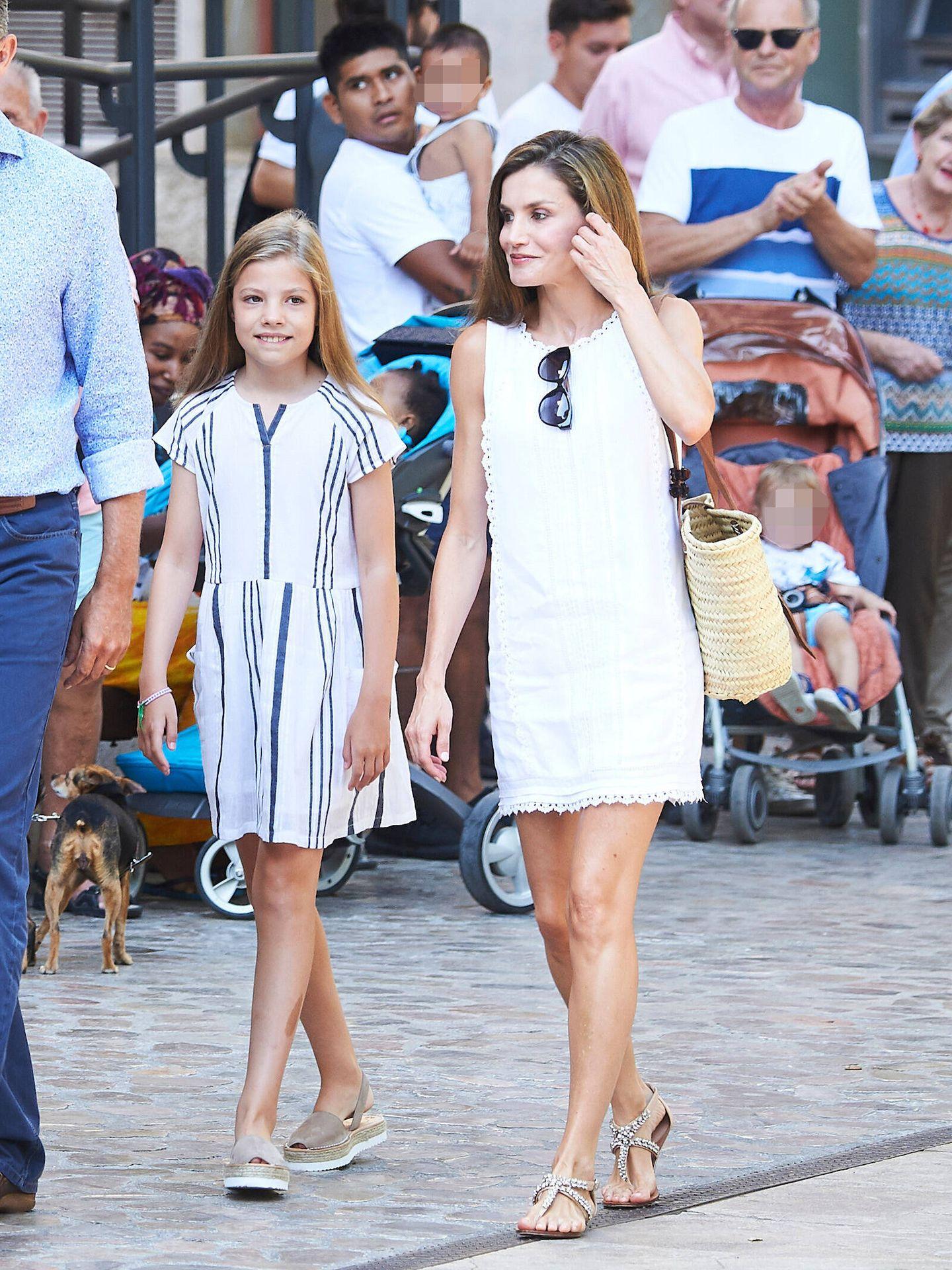 Letizia, con la infanta Sofía en Soller en 2017. (Limited Pictures)