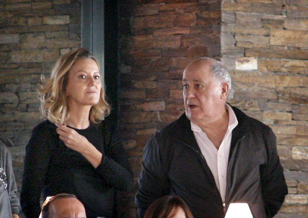 Foto: Amancio Ortega, propietario del grupo Inditex, conversa con su esposa. (EFE)