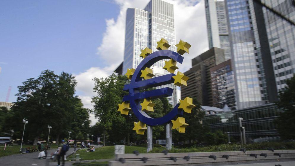 Foto: Vista de la escultura del euro delante de la sede del Banco Central Europeo en Fráncfort (Alemania). (EFE)