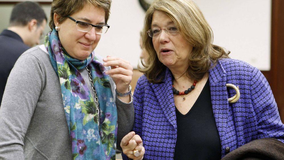Foto: La diputada de CDC, Inmaculada Riera, conversa con la presidenta de la CNMV, Elvira Rodríguez. (EFE)