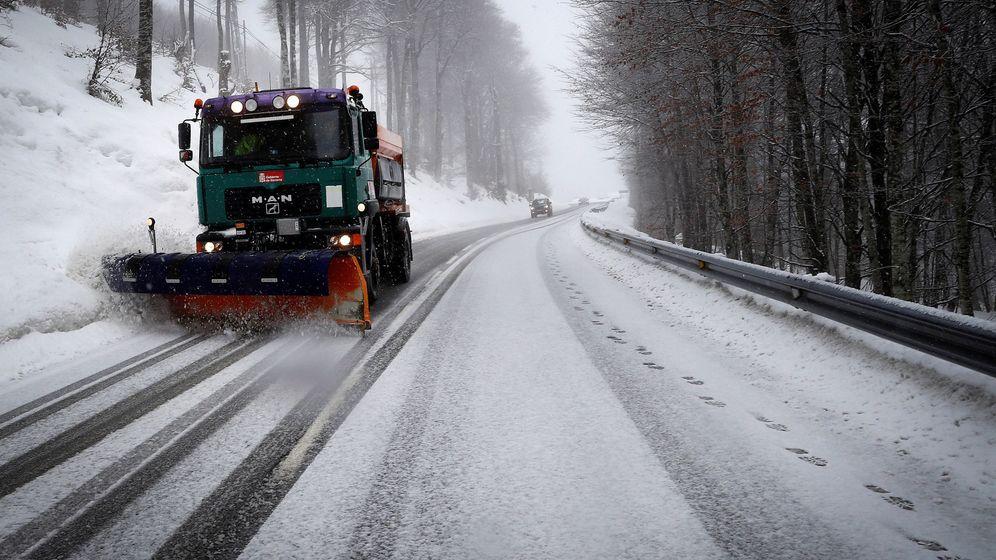 Foto: Una máquina quitanieves retira la nieve acumulada en la carretera N-135 desde Roncesvalles a Valcarlos. (Efe)