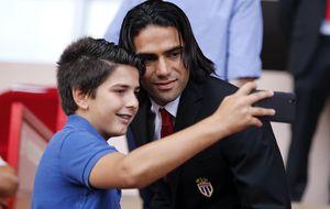 El Valencia lanzó la última 'bomba' con Negredo y Falcao puso rumbo al United