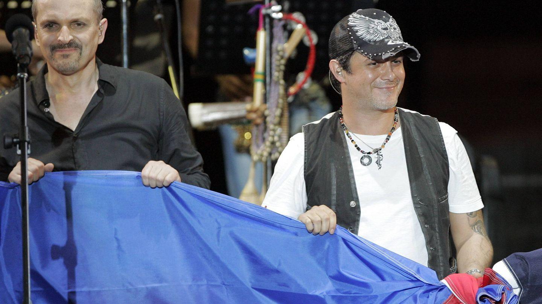 Miguel Bosé y Alejandro Sanz, en un concierto solidario. (EFE)