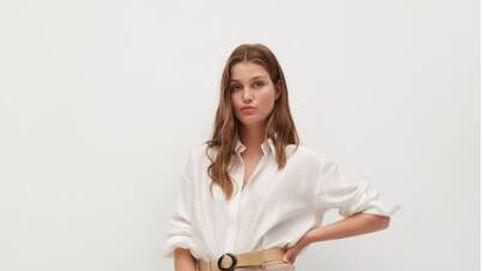 Pantalón de lino y camisa blanca: el look rebajado de Mango que te salvará el verano