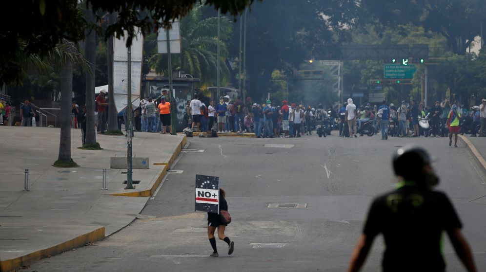 Foto: Disidentes en manifestación contra Maduro se enfrentan a las fuerzas de seguridad estatales en Caracas, 9 de julio. (REUTERS)
