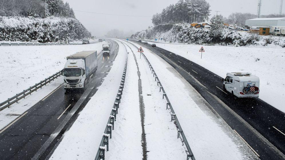 Foto: Varias carreteras ya han sido cerradas por la nieve. (EFE)