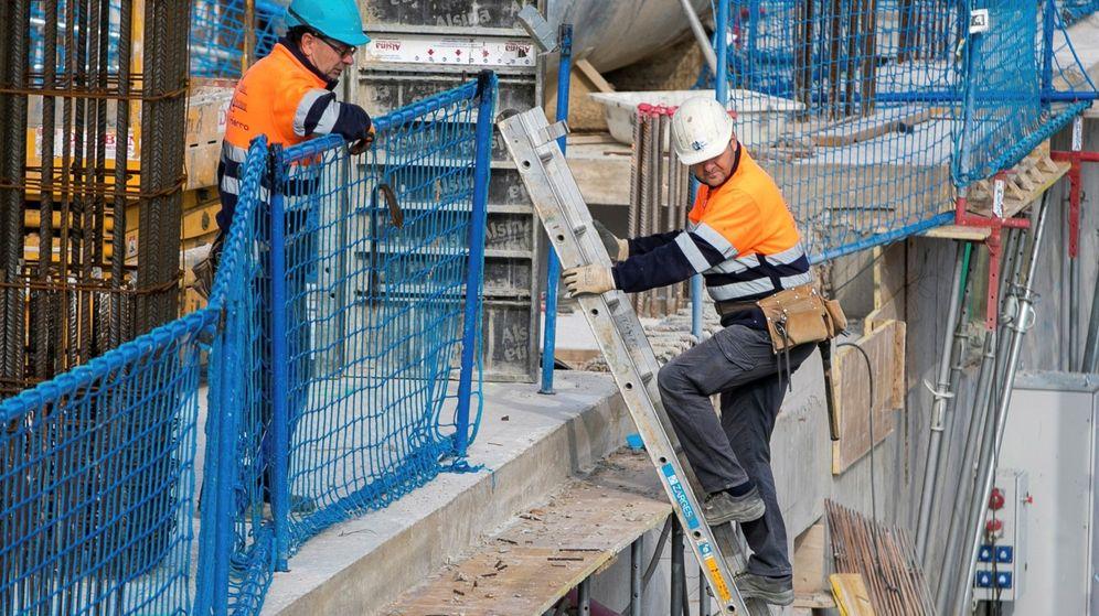 Foto: Varios obreros trabajan en la obra de un edificio de viviendas de nueva construcción en Zaragoza. (EFE)
