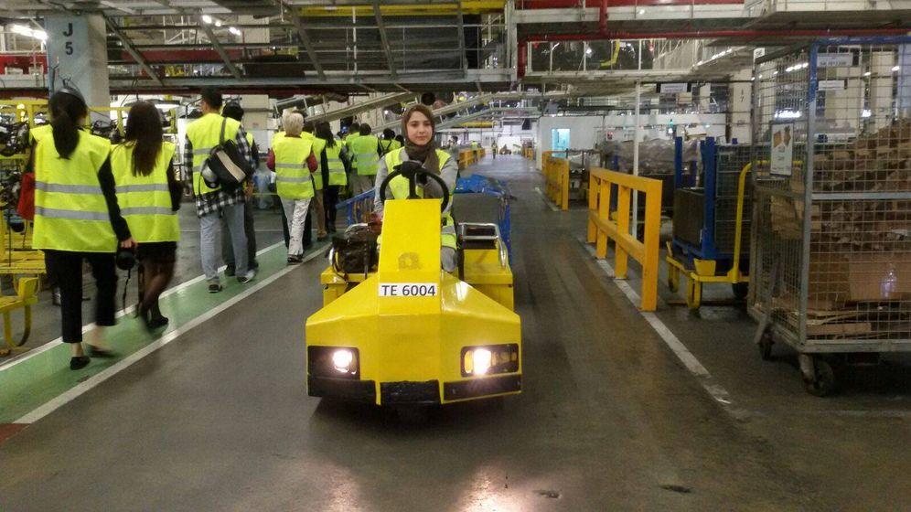 Foto: Una mujer conduce un vehículo de trabajo en la factoría de Renault-Dacia en Tánger.