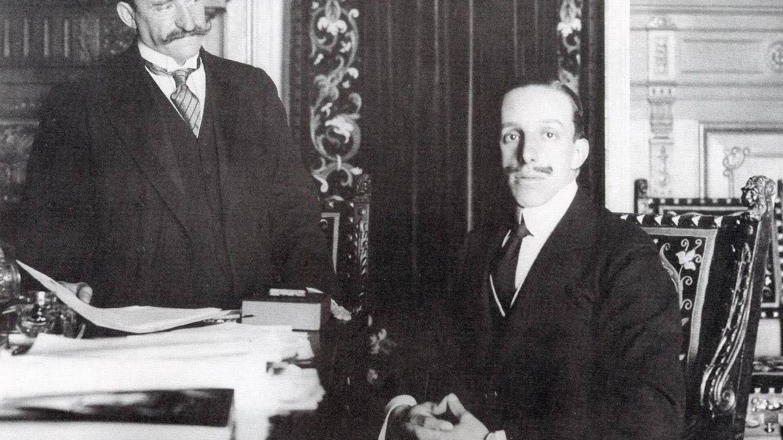 El rey Alfonso XIII, con el conde de Romanones. (Cordon Press)