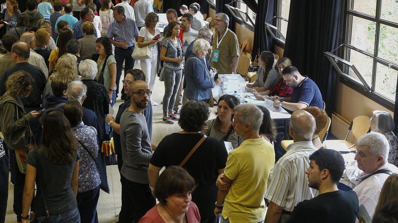 Ciudadanos esperan para votar en un colegio de Barcelona en las autonómicas del 27-S de 2015. (EFE)