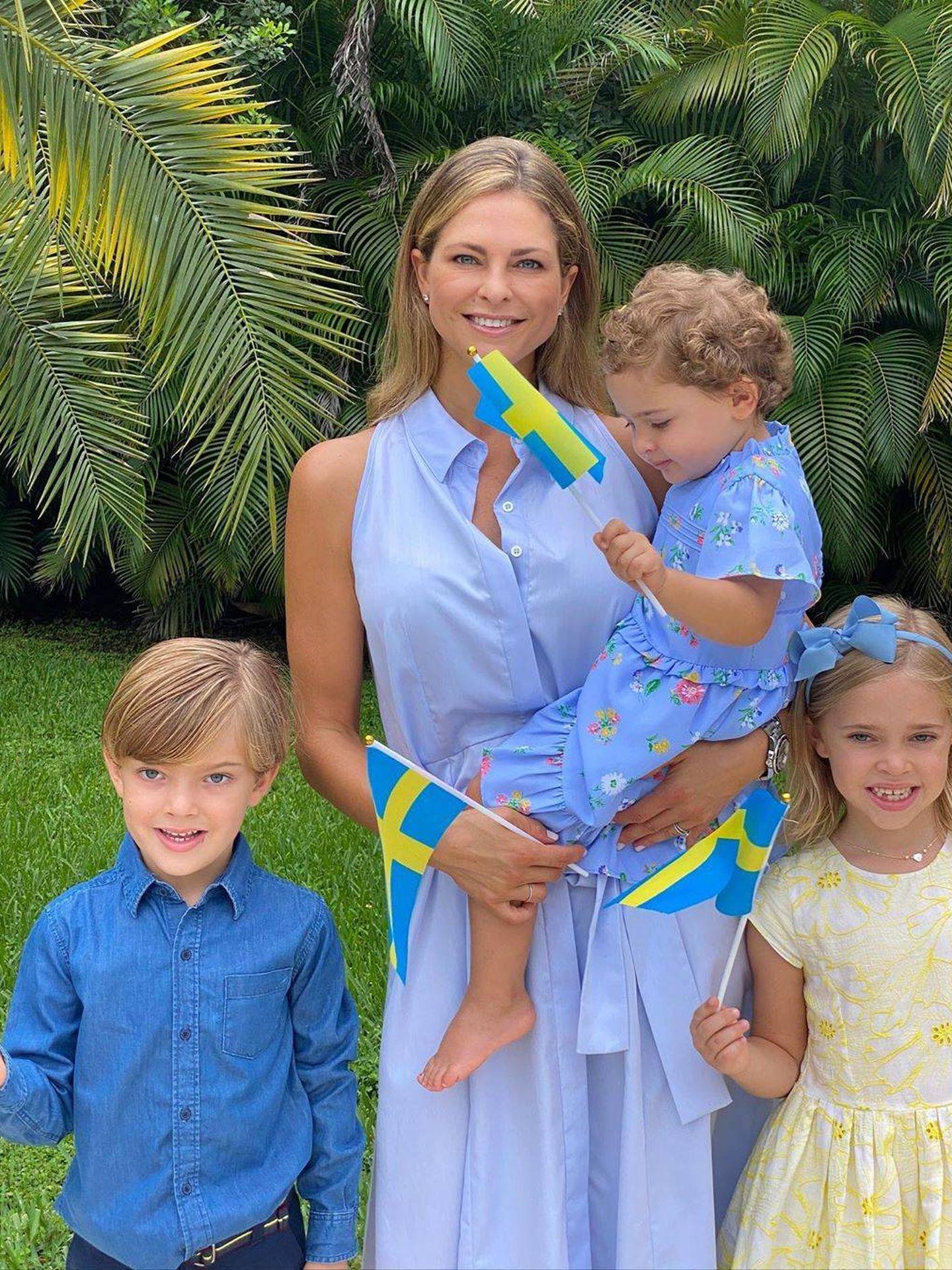 La princesa Magdalena y sus hijos,  celebrando el Día Nacional. (@princess_madeleine_of_sweden)