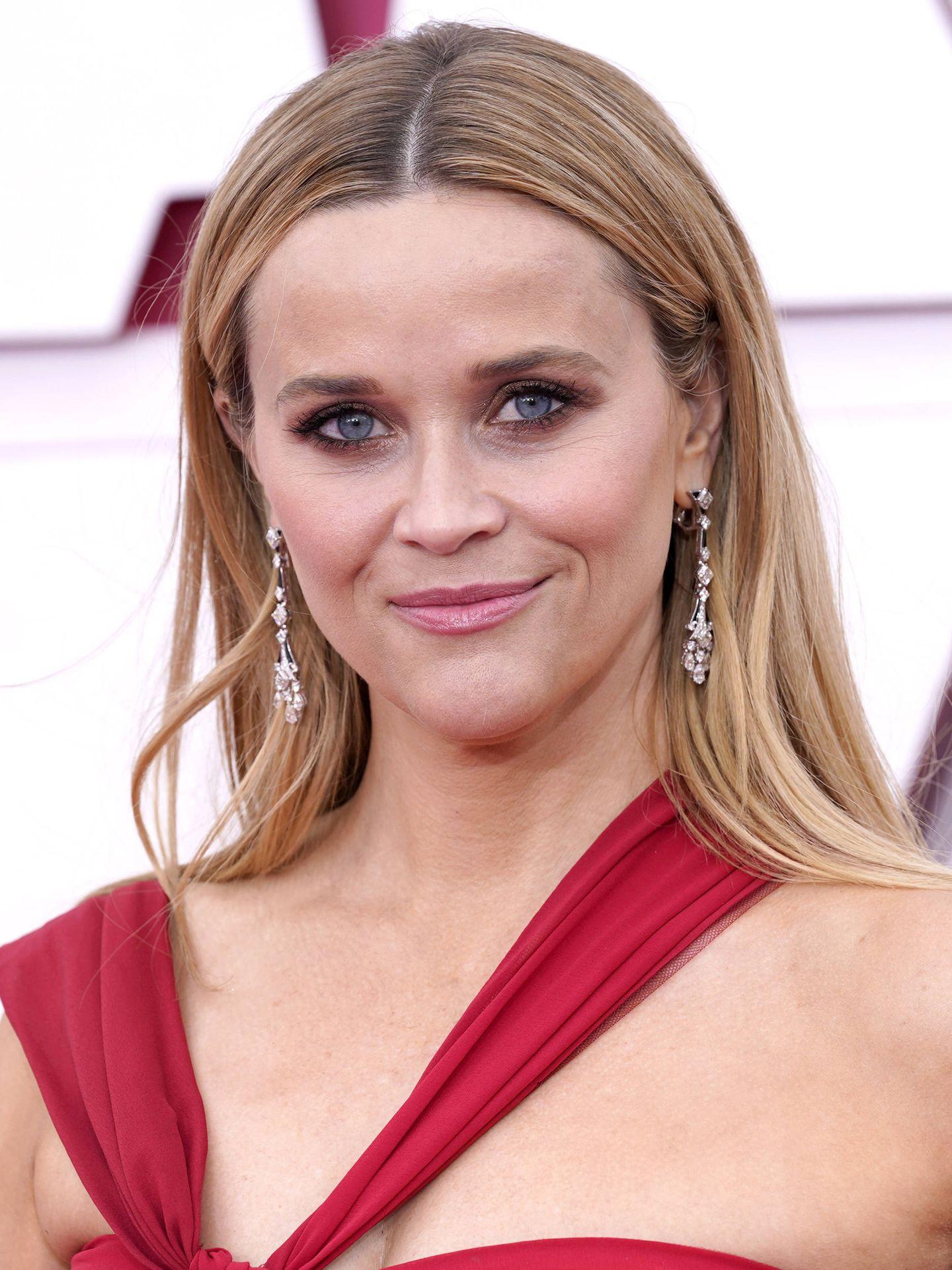 El look de belleza de Reese Witherspoon en los Oscar 2021, con raya en medio y ojos ahumados en tonos tierra. (Getty)