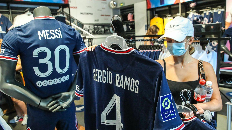Las camisetas de Messi y Ramos del PSG. (EFE)