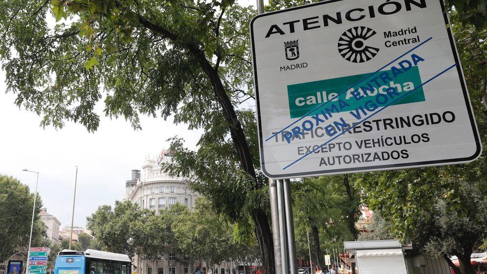 Foto: Vista de una señal vertical situada en la calle Atocha para advertir de la llegada de Madrid Central. (EFE)