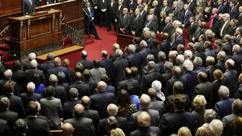 Foto: El presidente francés François Hollande y los parlamentarios de las dos cámaras legislativas del país cantan La Marsellesa. (EFE)
