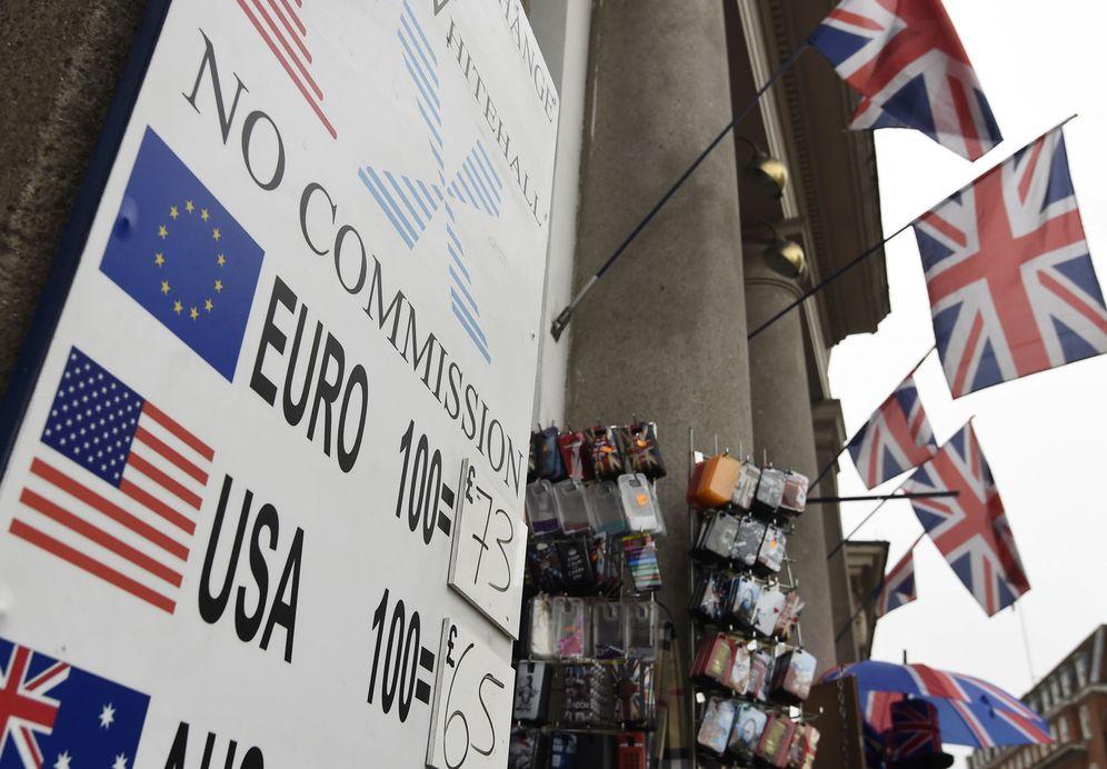 Foto: Un cartel con cotizaciones de euro y dólar en el centro de Londres, el 22 de febrero de 2016 (Reuters).
