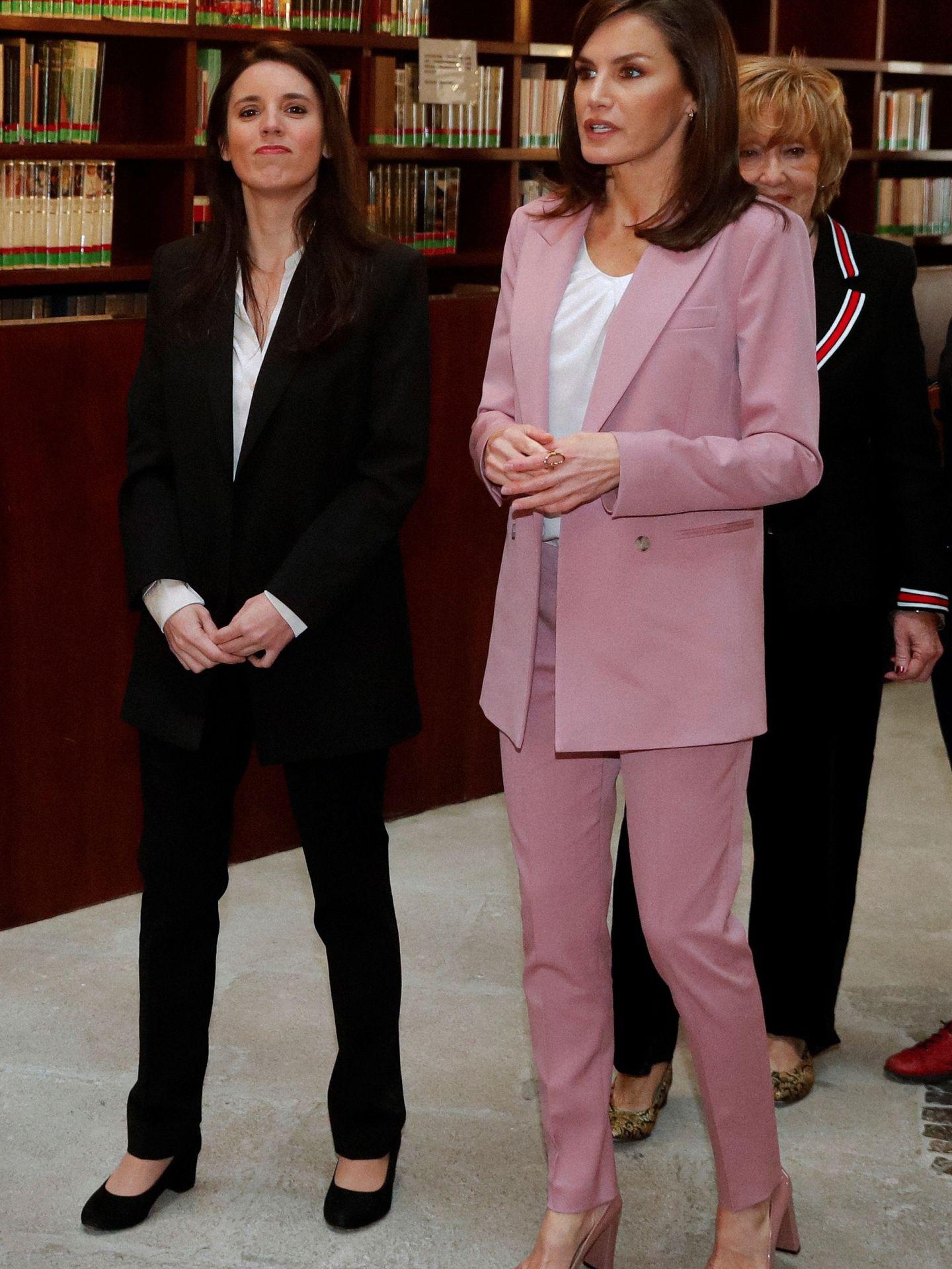 La reina Letizia, durante su encuentro con la ministra Irene Montero, que daba positivo unos días después. (EFE)