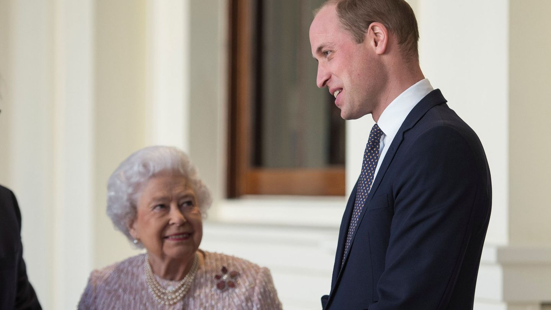 La reina Isabel y el príncipe Guillermo, en una imagen de archivo. (Reuters)