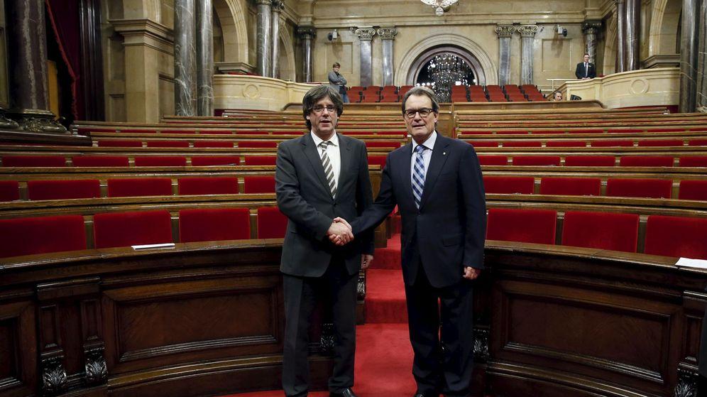 Foto: Carles Puigdemont (izq.) y Artur Mas (der.) tras ser el primero investido presidente de la Generalitat (Albert Gea/Reuters)