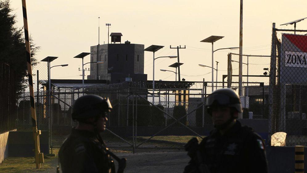 Foto: Dos agentes federales a las puertas de la prisión federal de Almoloya de Juárez (Reuters)