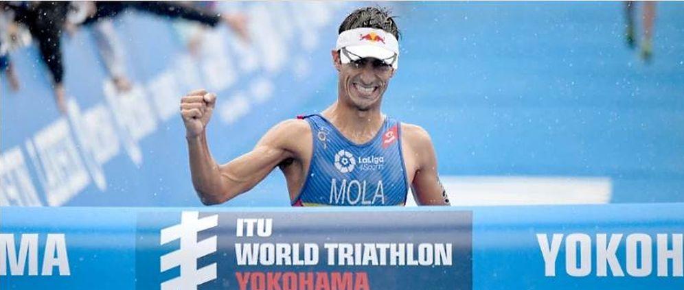 Foto: Mario Mola, en el momento de cruza la línea de meta. (FOTO: www.triathlon.org)