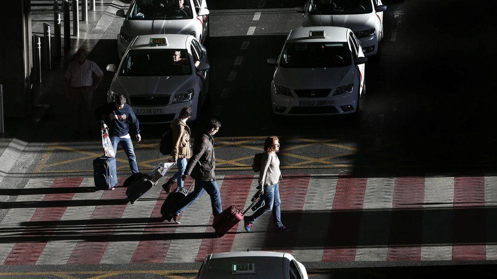 Foto: Varios turistas, en la T4 del Aeropuerto Adolfo Suárez-Madrid Barajas en Madrid. (EFE)