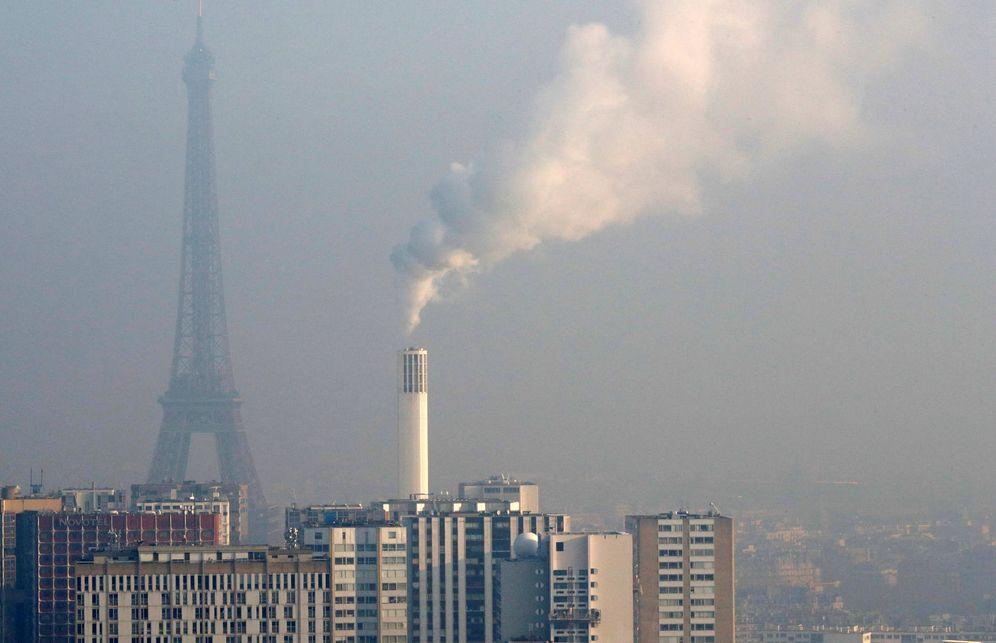 Foto: Una imagen de París con la Torre Eiffel en un día con altos niveles de contaminación. (Reuters)