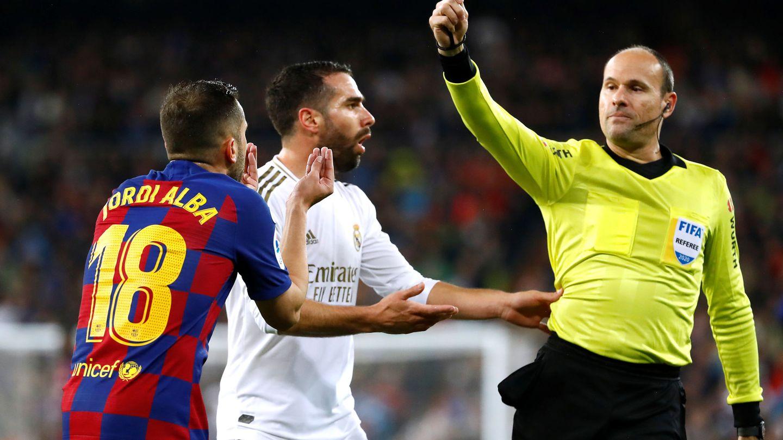 La discusión de Carvajal y Alba que terminó con amarilla para los dos. (Reuters)