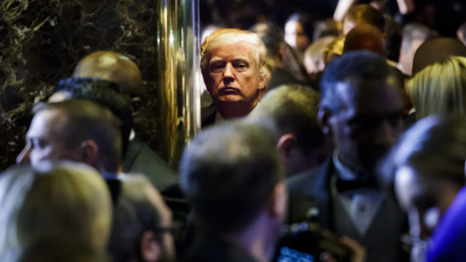 Foto: Trump se retira tras la conferencia de prensa en la Trump Tower. (EFE)