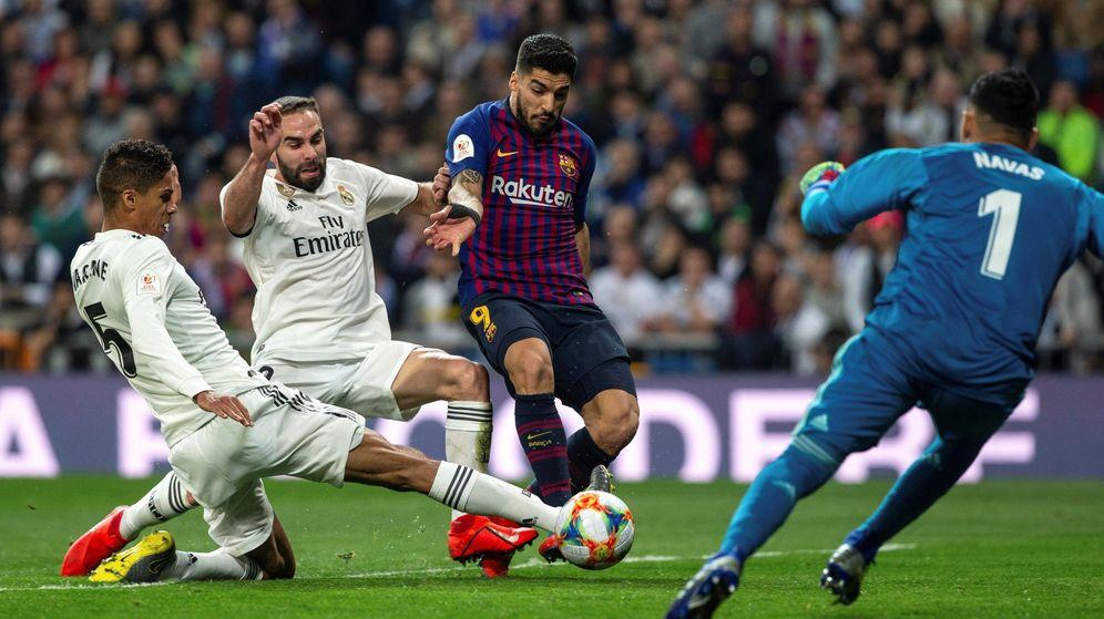 Foto: Suárez lucha un balón con Varane y Carvajal. (EFE)