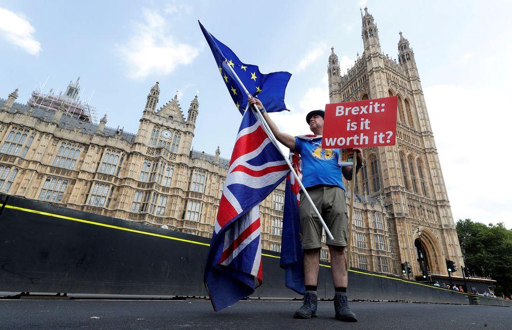 Foto: Un opositor al Brexit protesta ante el puente de Westminster, en Londres, el 13 de julio de 2018. (Reuters)