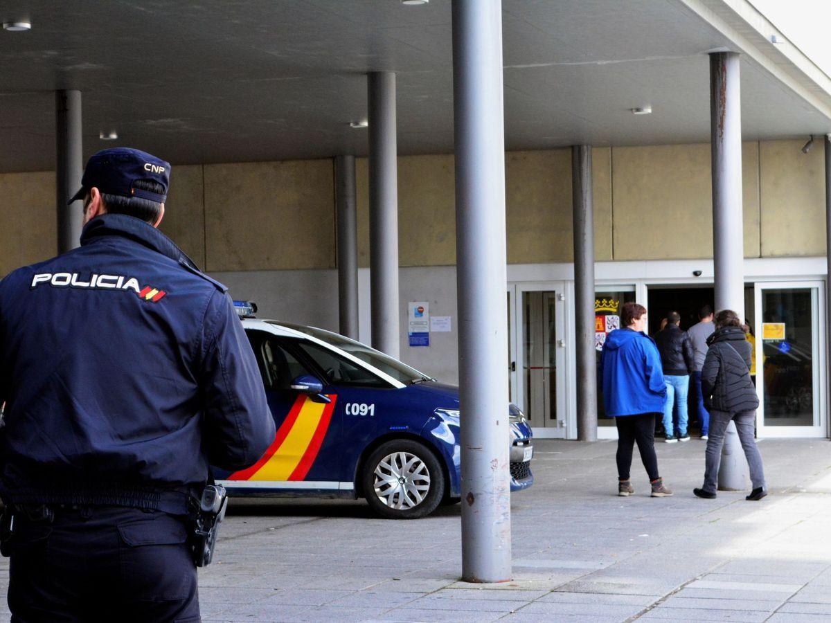 Foto: Agentes de la Policía Nacional vigilan la entrada del Hospital Río Carrión de Palencia. (Efe)