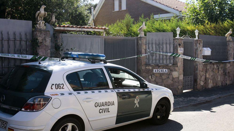 Foto: Efectivos de la Guardia Civil ante la fachada del chalé donde se encontraban los cuerpos. (EFE)
