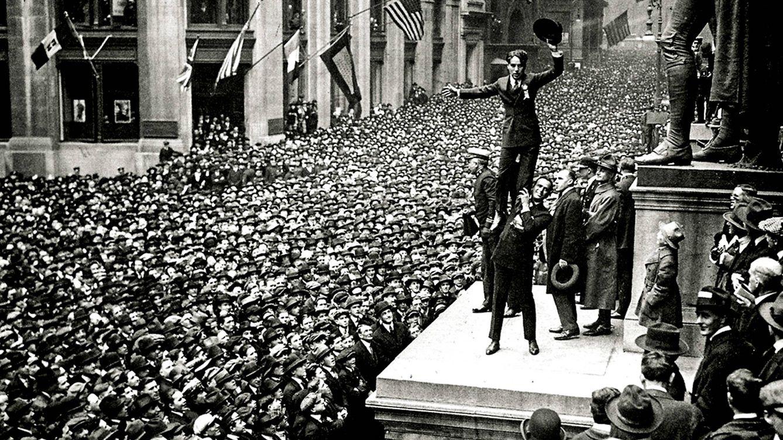 Foto: Chaplin en una concentración en 1918 para promover la venta de bonos de guerra ante la participación de Estados Unidos en la I Guerra Mundial.