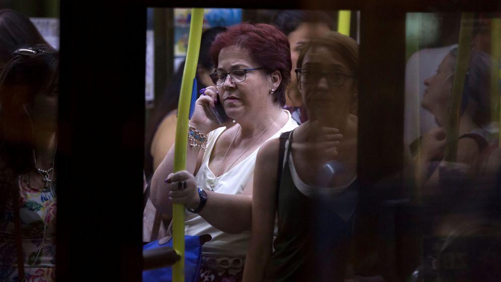 Foto: Una mujer habla por teléfono en un autobús de Madrid. (Reuters)