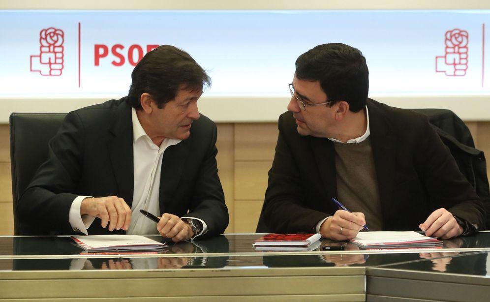 Foto: Javier Fernández conversa con el portavoz de la gestora, Mario Jiménez, al comienzo de la reunión de la cúpula provisional del PSOE, este 4 de enero en Ferraz. (EFE)