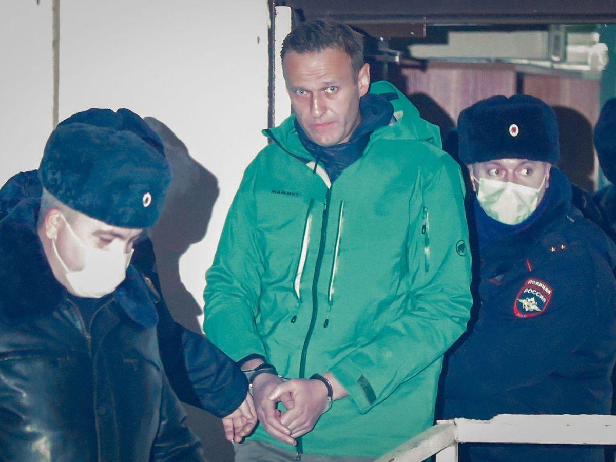 Foto: Alekséi Navalni, esposado en una comisaría de Moscú. (EFE)